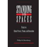 Bromberg, Philip M. Standing in the Spaces: Essays on Clinical Process Trauma and Dissociation (0881633569)