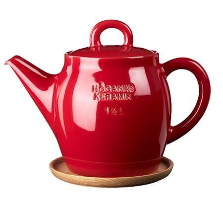 Höganäs Keramik HK Teekannu 1,5 L Omenanpunainen puualustalla