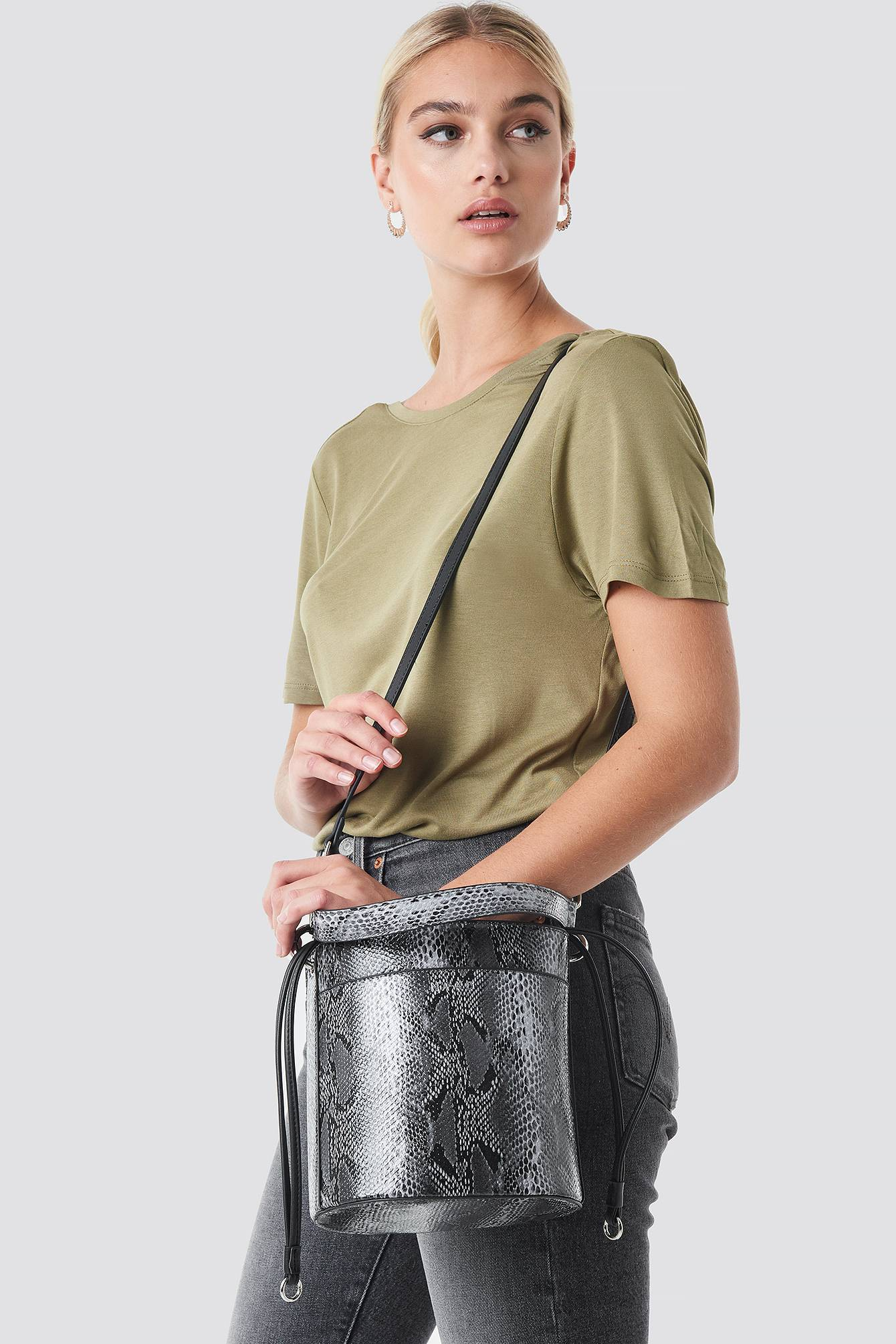 NA-KD Accessories Snake Bucket Bag - Grey  - Size: One Size