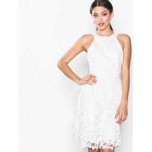 a9560921 Se TILBUD på NLY Eve Scallop Lace Dress Hvit på Dameklær hos ...