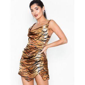 22c109c82576 Se Missguided High Neck Knitted Mini Dress Kropsnære kjoler Camel ...
