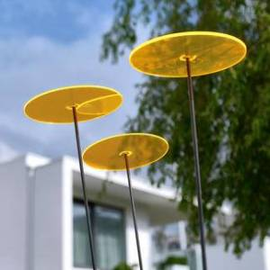 Cazador-del-sol,Sonnenfänger Tres mit Schwingstab, Schwingstab 1,75 m hoch, Ø 200 mm, fluoreszierendes Acrylglas, gelb, 3er Set