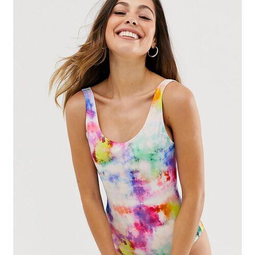 Monki – Badeanzug mit U-Ausschnitt und Regenbogen-Batikmuster-Weiß L