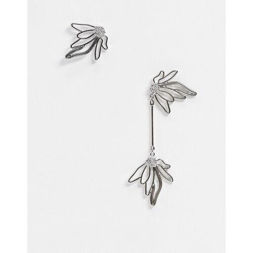 Liars & Lovers – Ohrringe mit asymmetrischen Blumen in Silber No Size