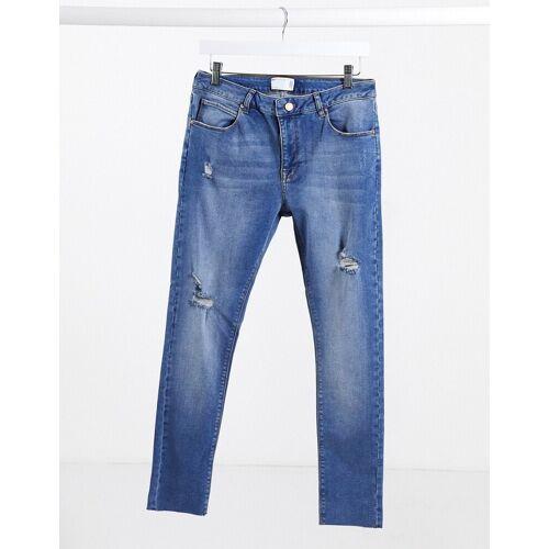 ASOS DESIGN – Spray-on-Jeans mit Power-Stretch in verwaschenem Mittelblau, mit abgewetzten Stellen und offenem Saum W28 L30