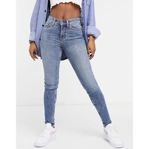 Monki – Jeans mit engem Schnitt in Blau W26