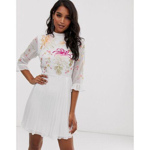 ASOS DESIGN – Besticktes Minikleid mit Faltenrock und ausgestellten Ärmeln in Weiß 42