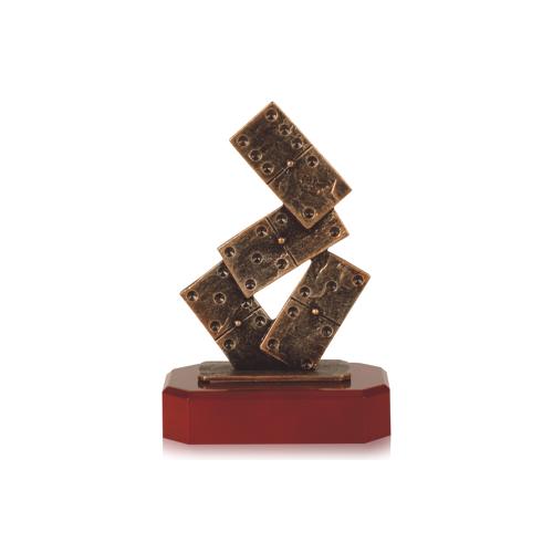 Helm Trophy Zamakfigur Dominosteine 19,5cm