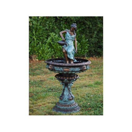 TB Brunnen Frau mit Krug aus Bronze
