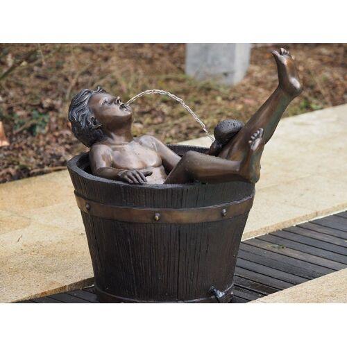 TB Bronzefigur Junge in Badewanne wasserspeiend