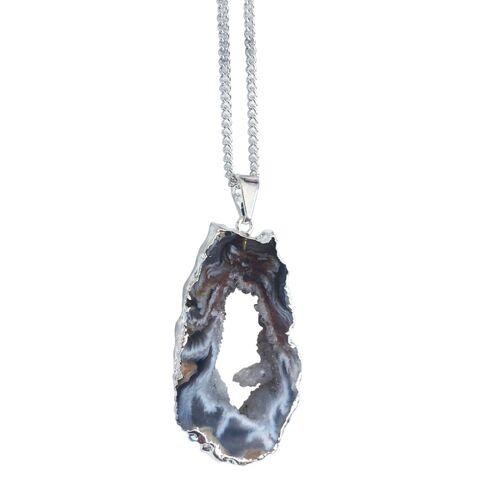 Crystal and Sage Ananda - Versilberte Halskette Mit Achatscheibe Mit Kristalldruse