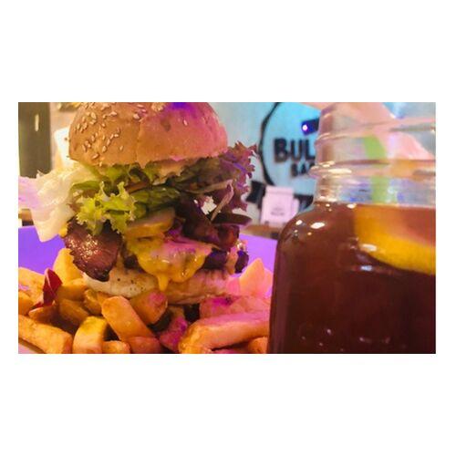 Bullhut BBQ Burger, Pommes frites und hausgemachter Eistee im Bullhut BBQ (bis zu 32% sparen*)