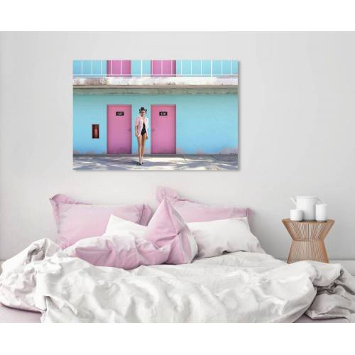 queence Acrylglasbild »Frau vor Hauswand«