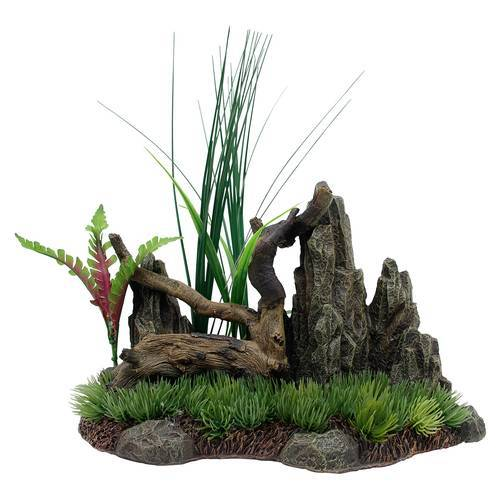 Marina Treibholz mit Felsen und Pflanzen auf Gras