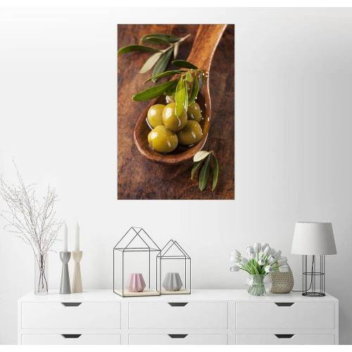 Posterlounge Wandbild, Löffel mit grünen Oliven auf einem Holztisch