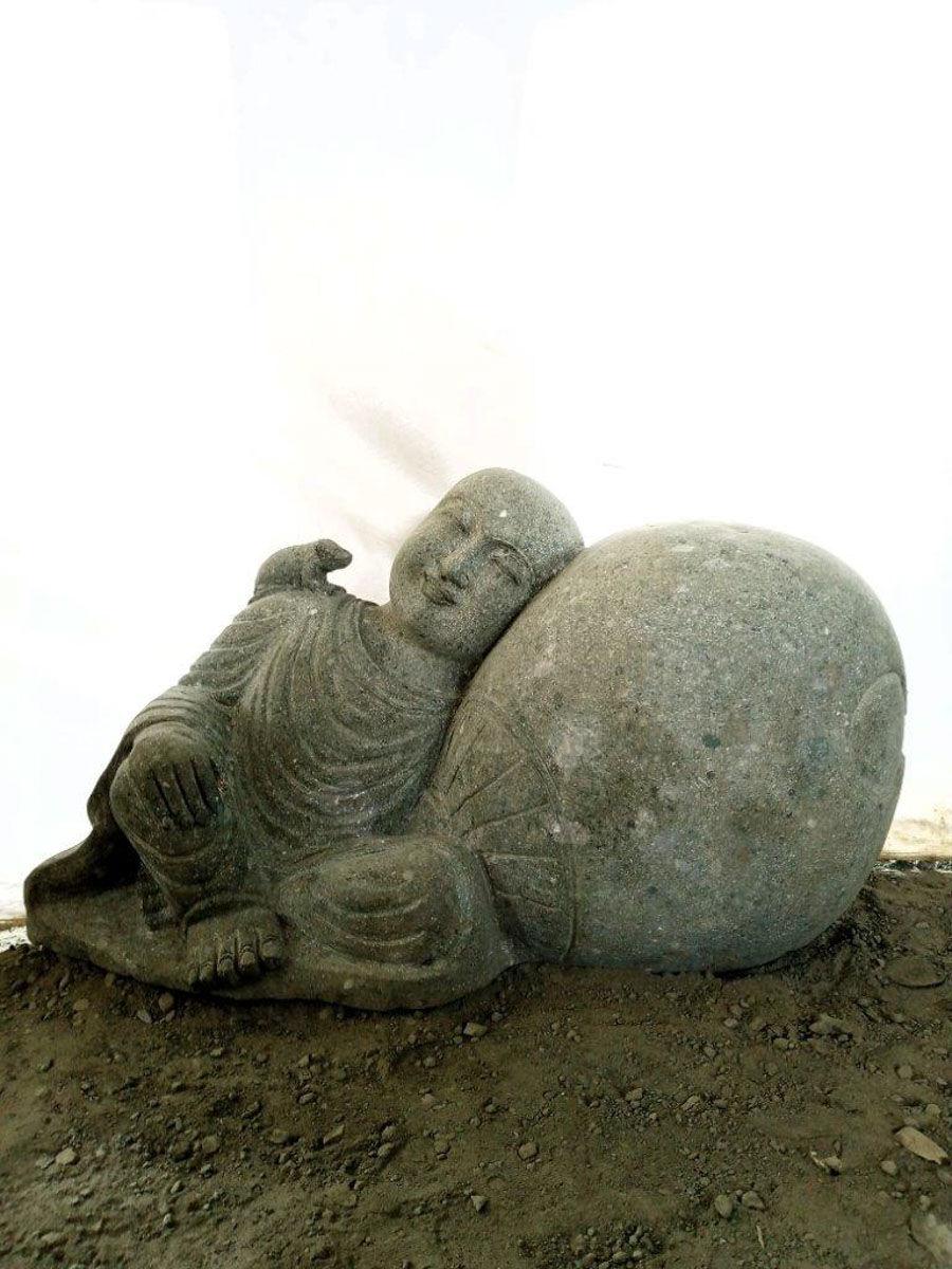 Wanda Collection Statue de jardin extérieur moine shaolin en pierre volcanique naturelle 1 m