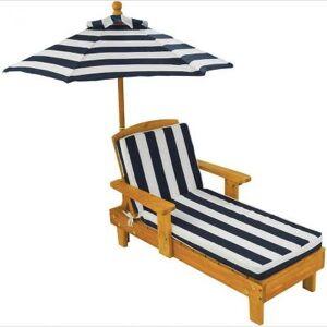 Chaise longue rayée avec parasol - Publicité