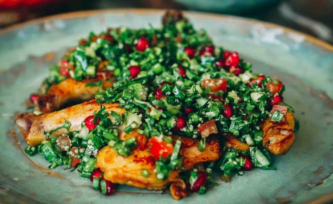 Graines Précieuses Salade au filet de poulet grillé, quinoa riche en herbes fraîches et belles tomates cerises..