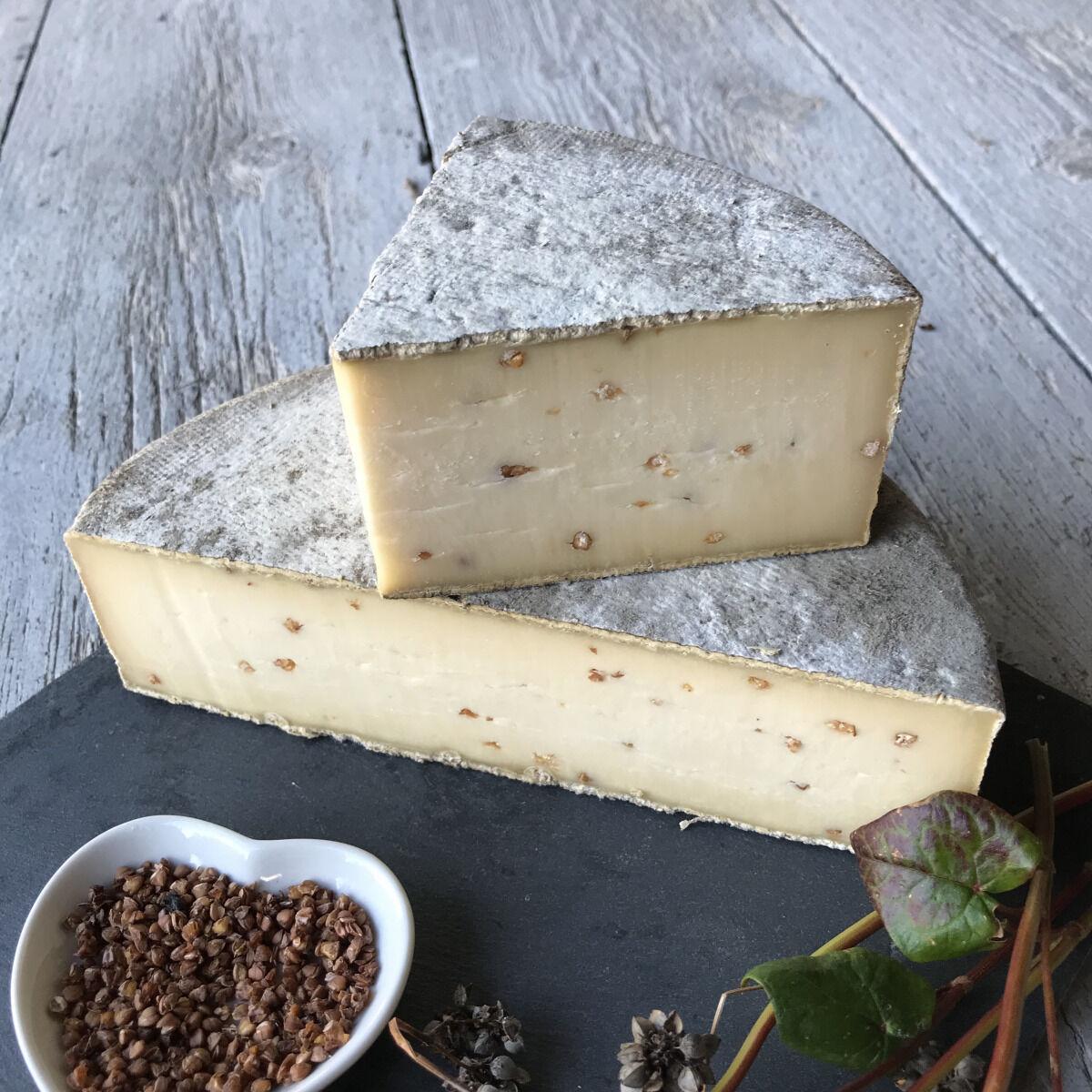 Les Fermes Vaumadeuc Tomme au Sarrasin- Au lait cru entier de vache- Affinage 2 mois -  850g
