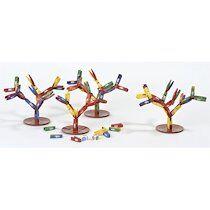 Jeu Tricky Forest pour 1 à 8 enfants. 72 mini pinces assorties, 4 bases d arbre