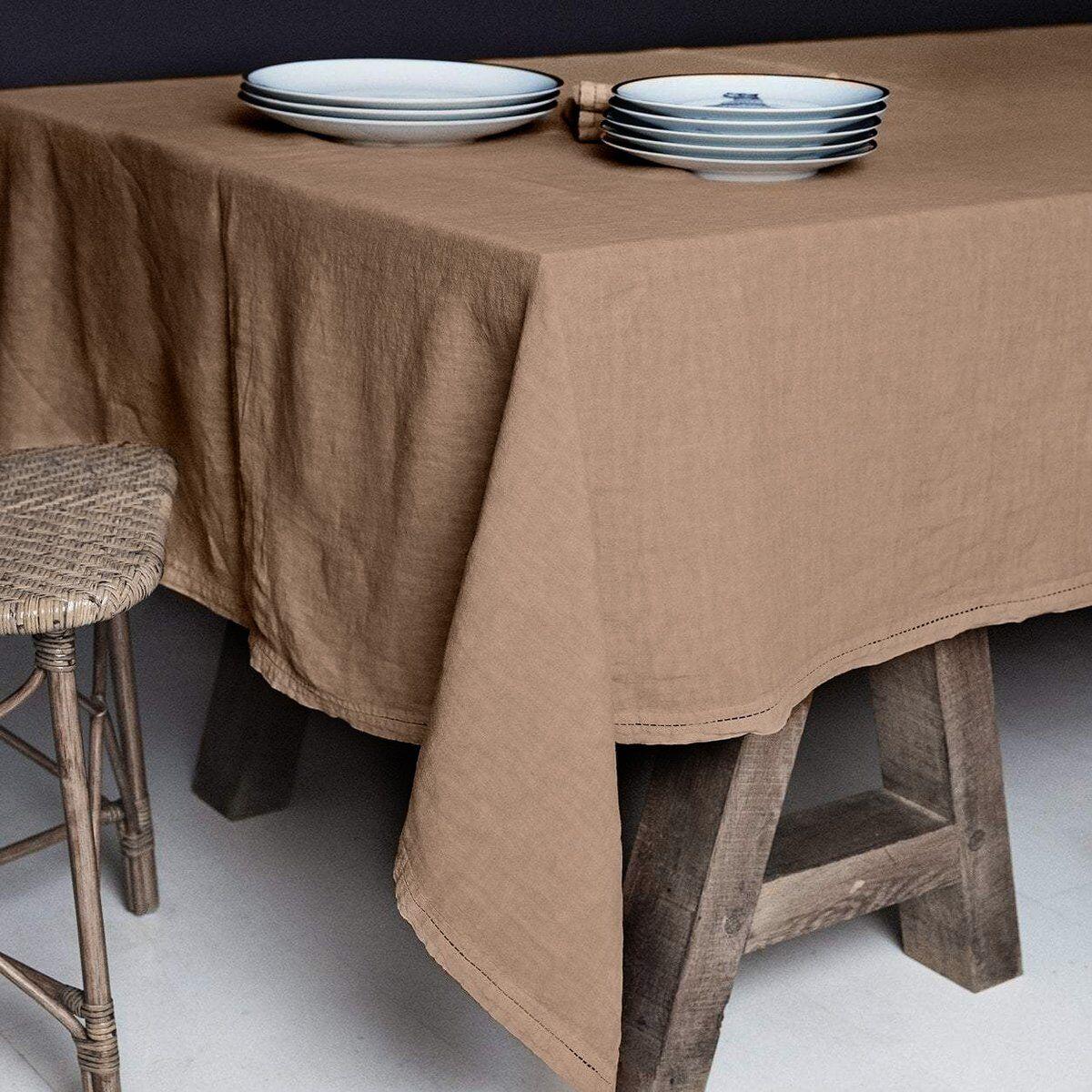 Lo de Manuela BASES DE LA TABLE - Nappe  Lin pur lavé Chameau foncé 250x250