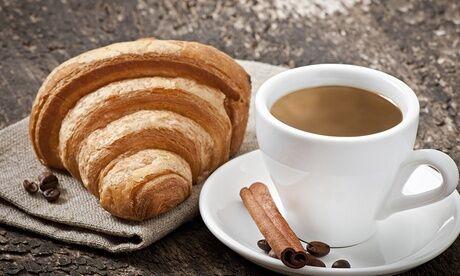 Beccuti Bar Petit déjeuner avec 2 boissons chaudes et 2 gâteaux ou pâtisseries au choix à la carte pour 2 au Beccuti Bar