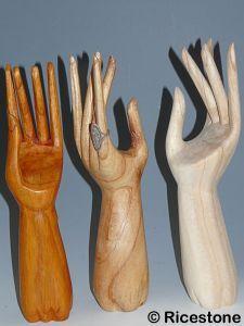 Ricestone 5b) Présentoir pour bague grande main en bois.