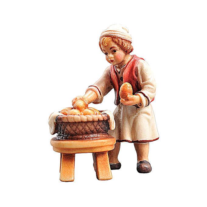 Enfant avec panier bois peint Val Gardena crèche Rainell 11 cm