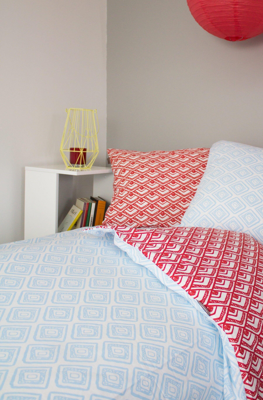 Kadolis Housse de couette en coton bio bleu/rouge + 2 taies d'oreiller-220 x 240 cm