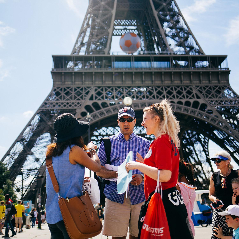 Smartbox Visite guidée d'1h de la tour Eiffel avec billets d'accès coupe-file pour 2 personnes Coffret cadeau Smartbox