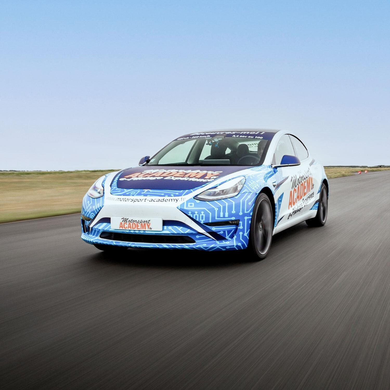 Smartbox Sensations sur circuit : 2 tours au volant ou en passager d'une Tesla Model Coffret cadeau Smartbox