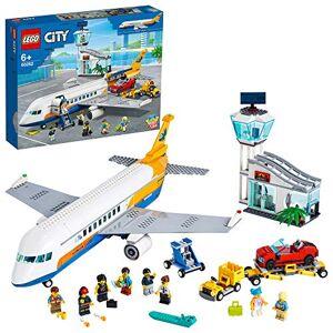 Lego City Lavion de passagers 60262 Set de jeu avec un avion de passagers, un terminal, une tour de contrle, un camion daéroport avec élévateur de voiture, un cabriolet rouge (669 pices) - Publicité