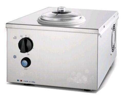 Mantecatore da banco per gelato NMX Condensazione ad aria Capacitàlt 1,7 Produzione oraria massima lt 2,2/Kg 1,5 Dim Cm L 34 x P 40 x h 25 Modello Pro2000
