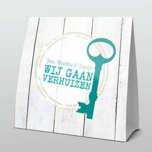 Stoer turquoise sleutel op hout