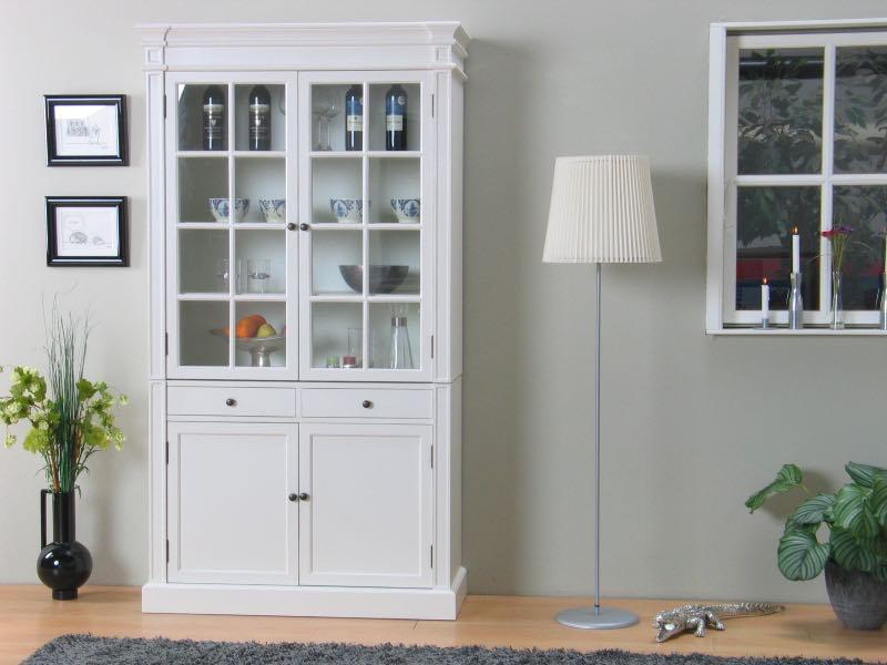 Amaretta vitrineskap 2-dørs. Bredde 110 cm, høyde 200 cm. Antikk hvit. Antikk patinert