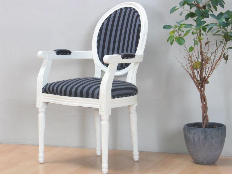 Rokokko/Amaretta spisestol med armlener i antikk hvit med svart stripet stoff.