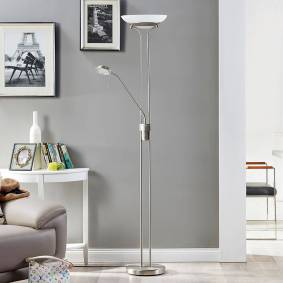 Lindby Uplight-lampe Yveta med LED-lys og leselampe