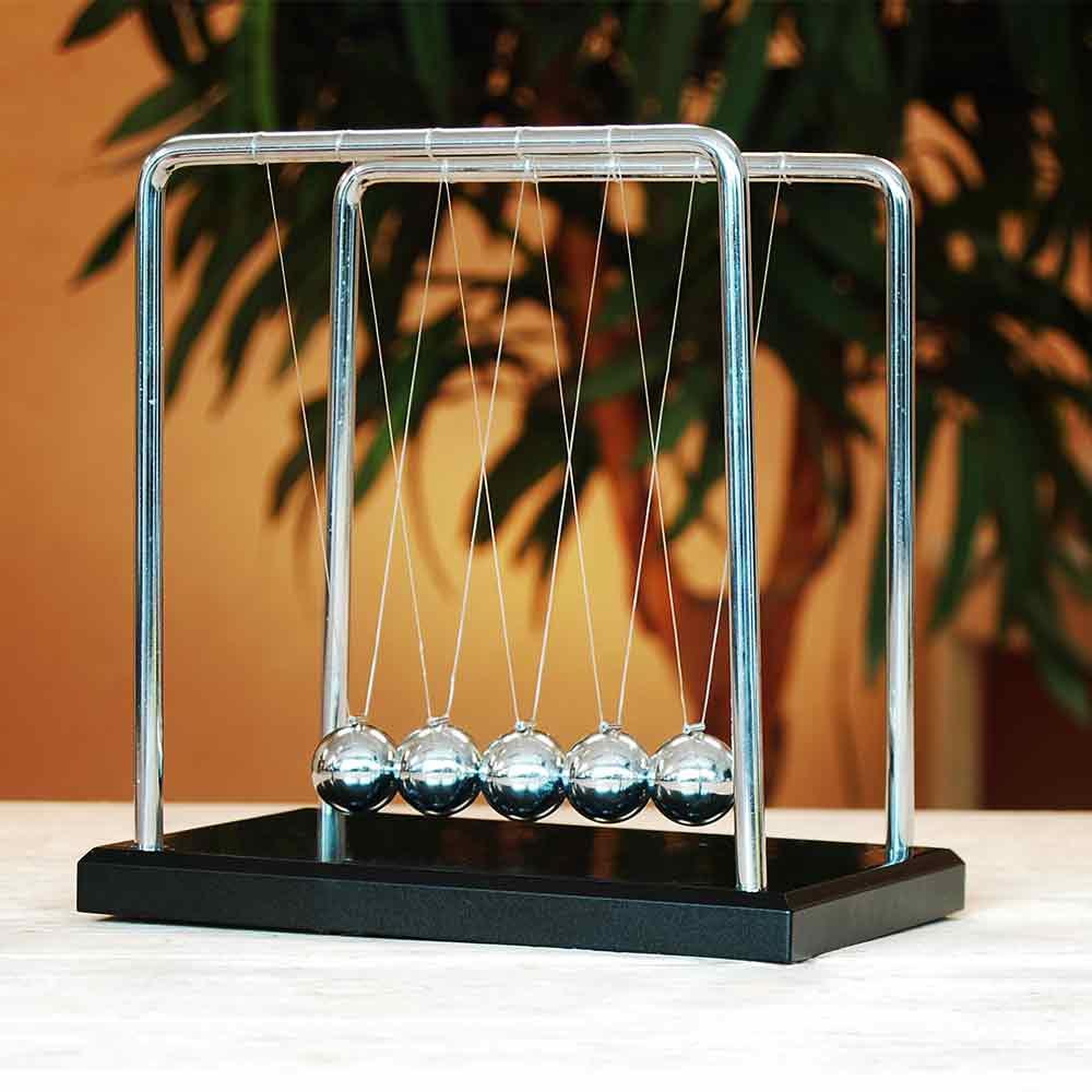 Newtons Krybbe 18 cm høy i Tre & Stål Den fasinerende kontorpult gadgeten