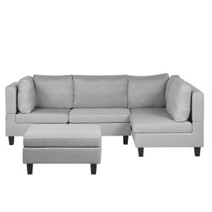 Sofá espaçoso e confortável com repousa-pés