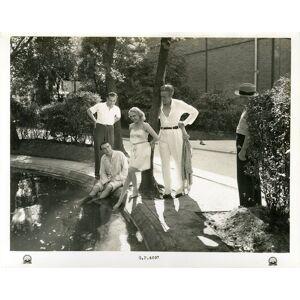 """""""Le bassin des studios Paramount de Saint Maurice"""" Avec de gauche à droite prenant le frais : Maurice RÉMY, Robert ARNOUX, ARIELLE, Henri NIEL, Harry"""